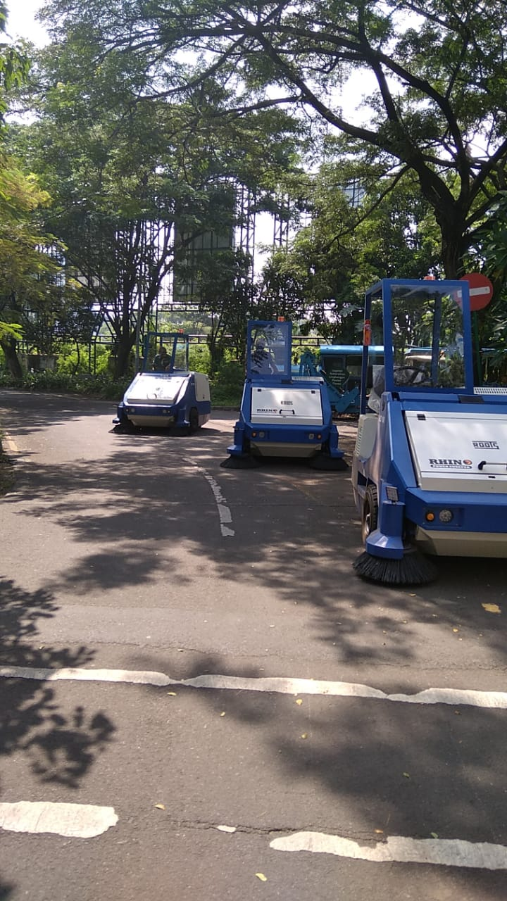 ride on sweeper, cleaning equipment indonesia, alat kebersihan, road sweeper, street sweeper, mobil penyapu jalan